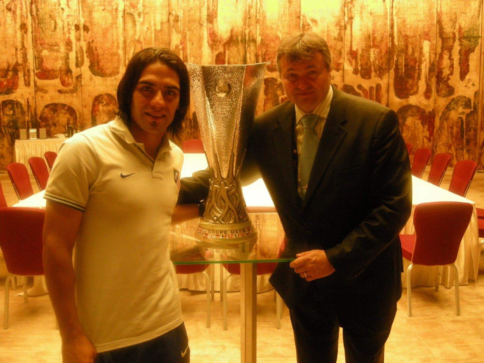 Falcao, Florin Nedelcu și trofeul oferit câștigătoarei Europa League