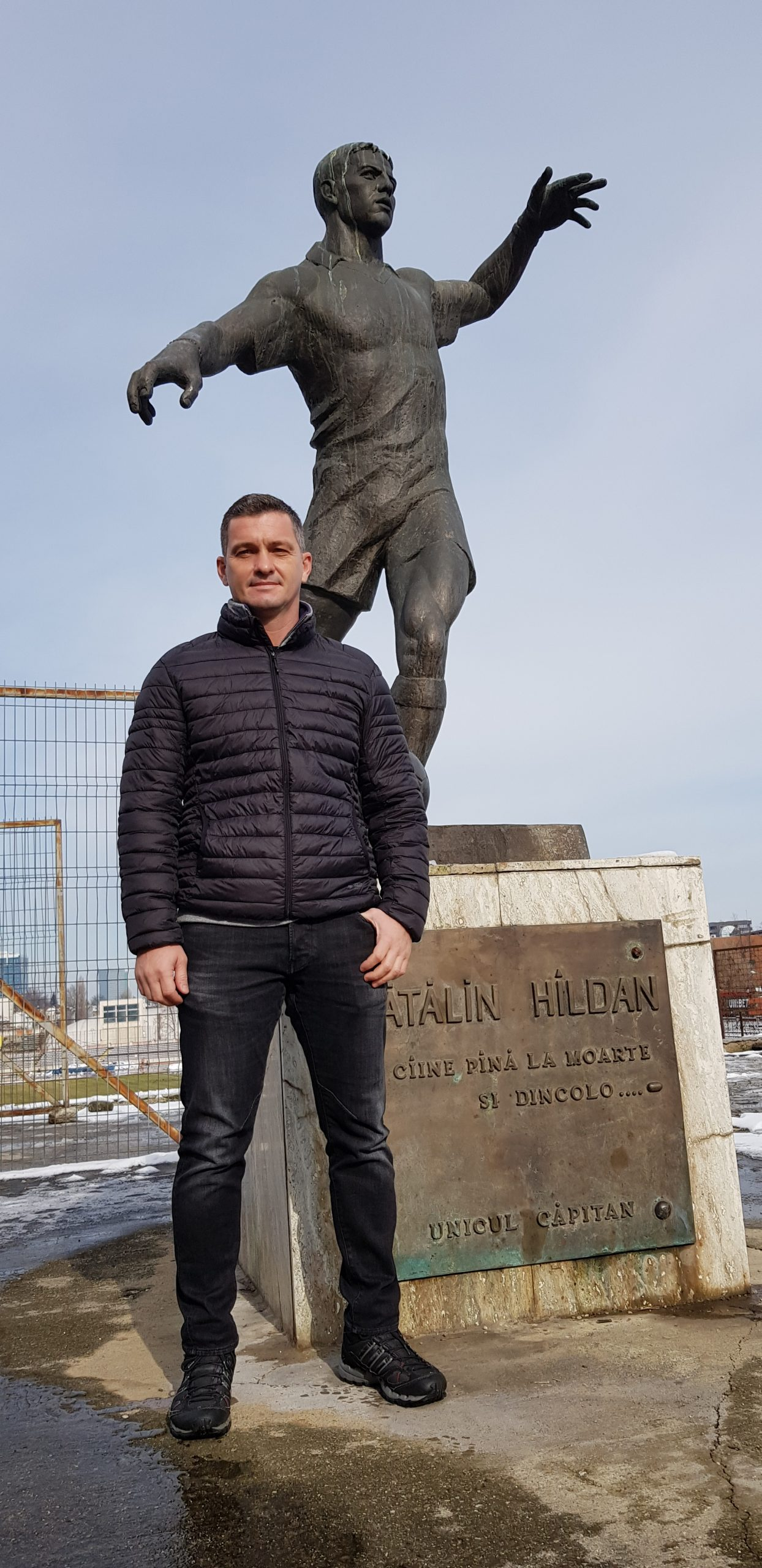 Cristi Hîldan, în fața statuii fratelui său