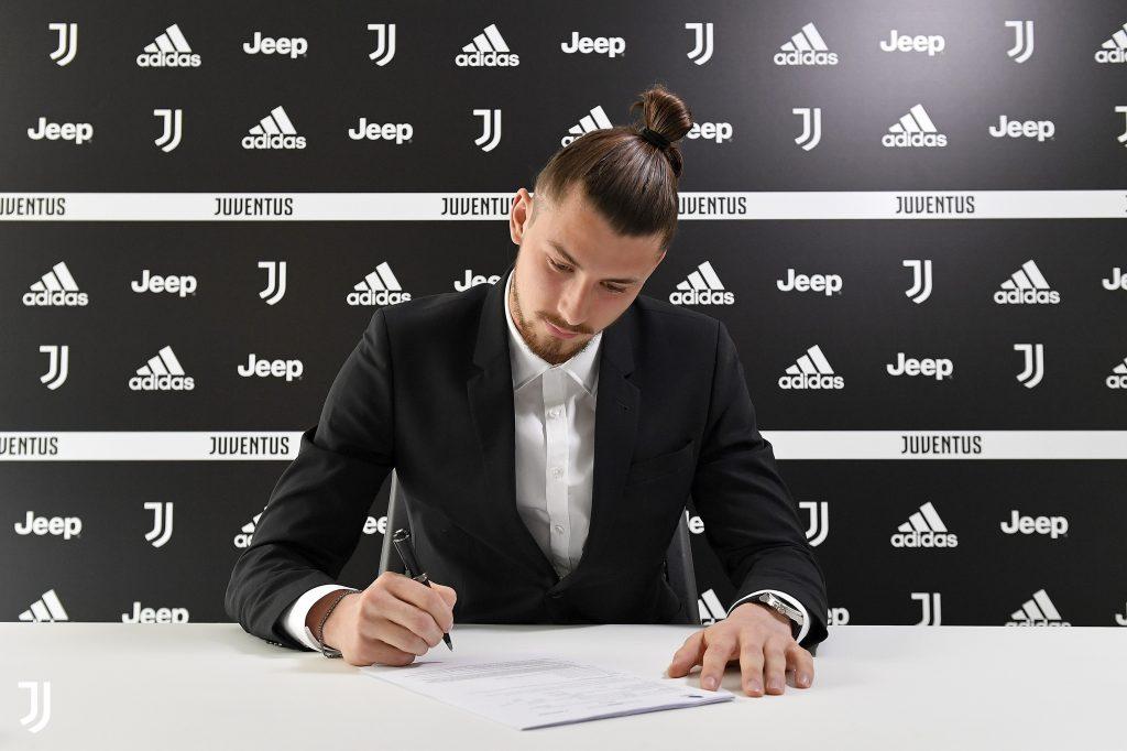 E oficial! Radu Drăgușin a semnat contractul cu Juventus! Salariu important pe care îl va avea românul de 19 ani