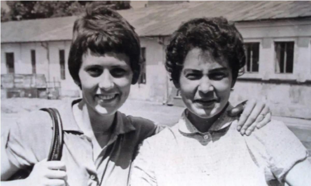 Erika Braedt, în stânga imaginii, singura soție a lui Ion Țiriac