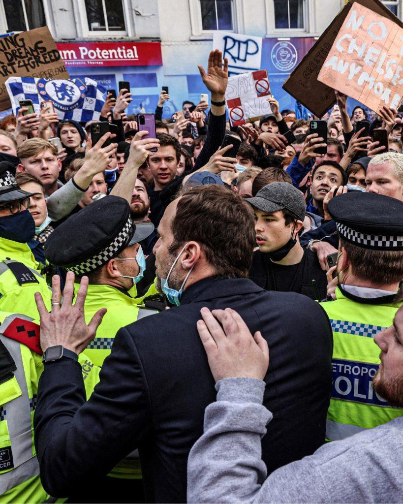 Petr Cech (în prim-plan, cu spatele) s-a aflat alaturi de fanii lui Chelsea la proteste