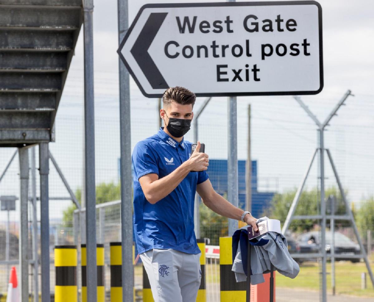 Ianis Hagi a fost surprins înainte de urcarea în avionul care i-a dus pe jucătorii lui Rangers în Suedia. Sursă foto: The Scottish Sun
